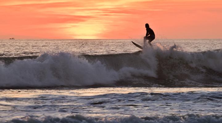 Surf dans la baie d'Hiriketiya
